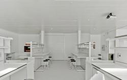HPL Compact y Cielo tipo Lama VENETO en Laboratorio ELCHE / Grupo Habitante